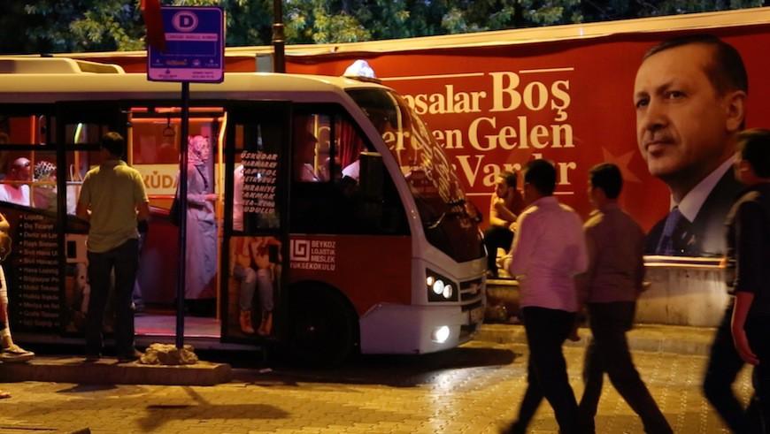 a imagen del líder turco decora la ciudad y los autobuses gratuitos para unirse a las manifestaciones./ L.M.