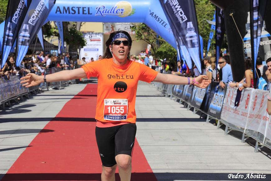 La futbolista Izaro Antxia, corriendo en la media maratón de Santoña./ Pedro Aboitiz