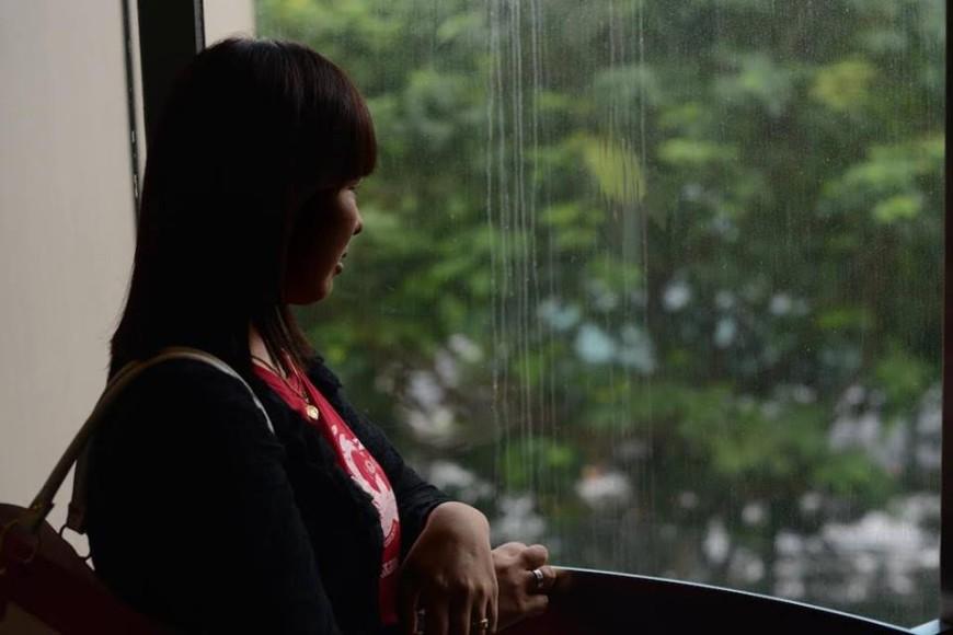 Moe Moe mira por la ventana del edificio donde se encuentra una de las oficinas de HOME./ Omar Montenegro
