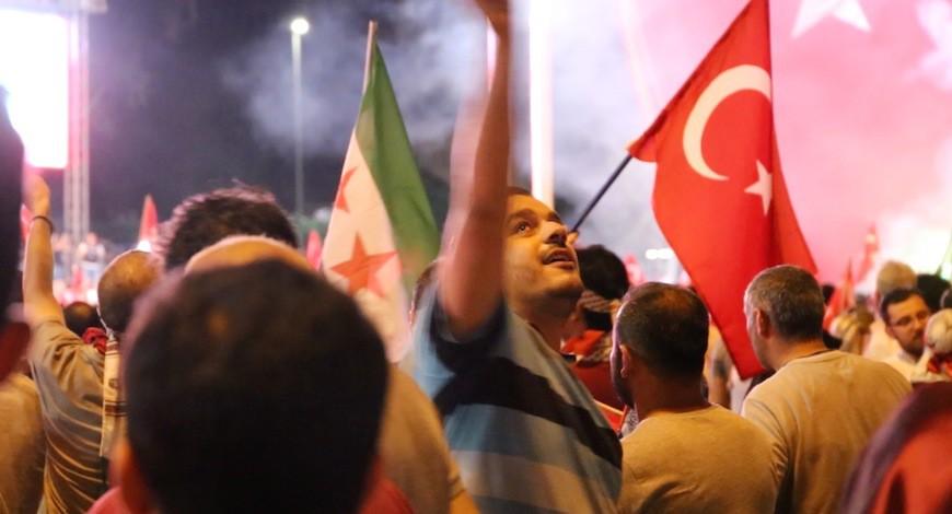 El gobierno permite cada noche en Taksim la reunión de cientos de seguidores proErdogan a pesar de prohibir las manifestaciones./ L.M.