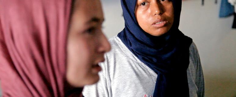 Nourin y Monira en el campo de refugiadas de Elinikó.- Hibai Arbide