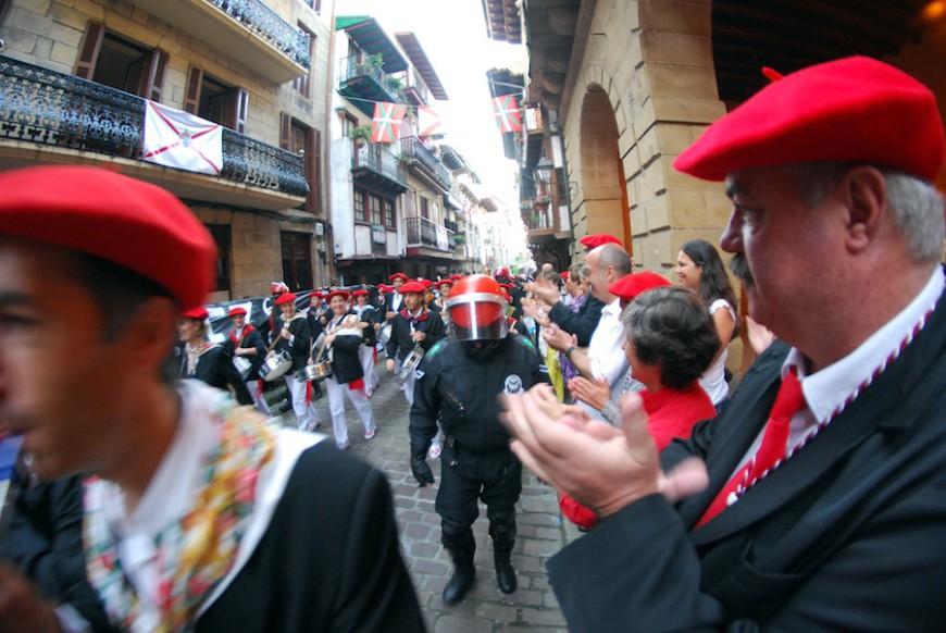 El alarde mixto desfila con protección policial./ Euskal Herria Bildu