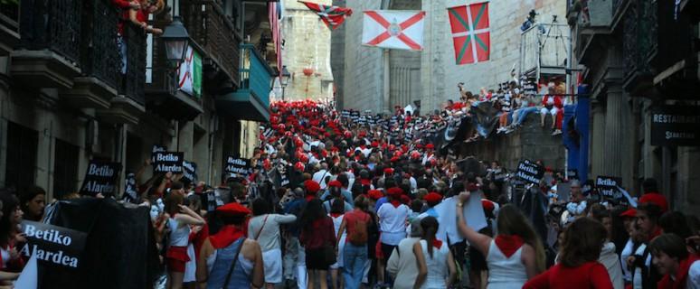 La compañía Jaizkibel desfila por la calle Mayor./ Euskal Herria Bildu