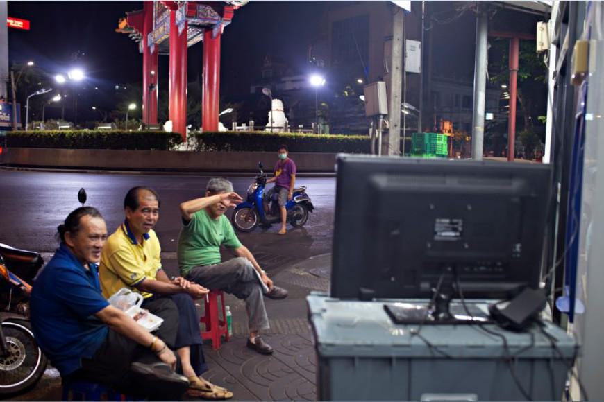 Un grupo de hombres miran una telenovela en el distrito de Samphanthawong / Foto: Walter Astrada
