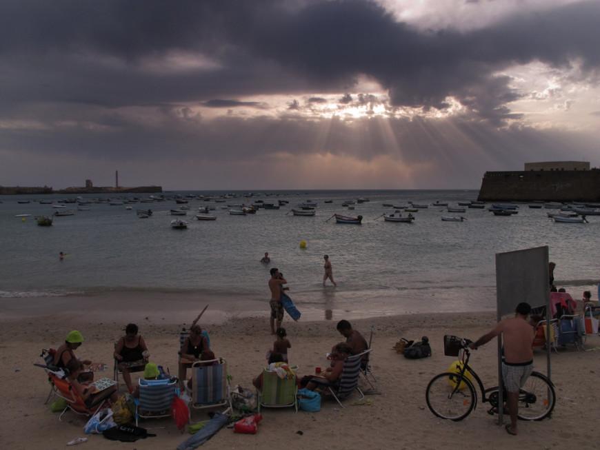 Un grupo de mujeres mayores disfrutan de un día de playa en La Caleta, Cádiz./ Patricia Simón