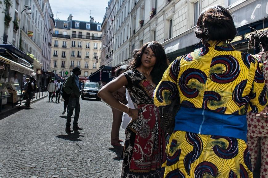 Mujer en la calle Myrha en el norte de París./ Teresa Suárez
