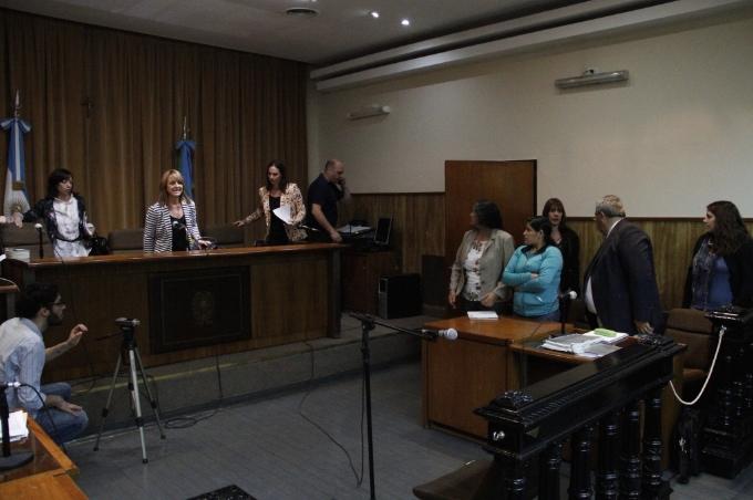 Maraz -vestida de azul - con su abogado defensor y la intérprete en la tribunal, en noviembre 2014 / Foto: Agencia ANDAR