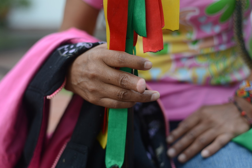 Una de las habitantes de la comunidad sufrió la mutilación de un dedo durante la noche del desplazamiento. /Foto: Álex Zapico