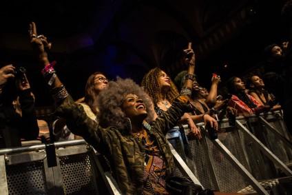 Varias mujeres disfrutan en el festival Afropunk celebrado en París./ Teresa Suárez