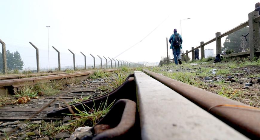 Un migrante camina en las afueras de la Jungla. / Foto: Lucía Muñoz