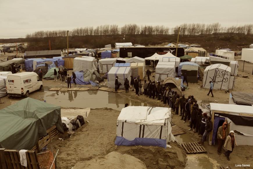 Una fila de refugiados se forma cerca de una cocina gestionada por voluntarios. / Foto: Luna Gámez