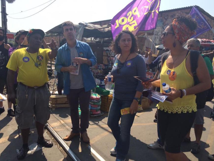 Marecelo Freixo, Luciana Boiteux (centro) y Marielle Franco en un acto de campaña electoral en la favela de Jacarezinho, 18 de agosto. /Foto: Divulgación Marielle Franco