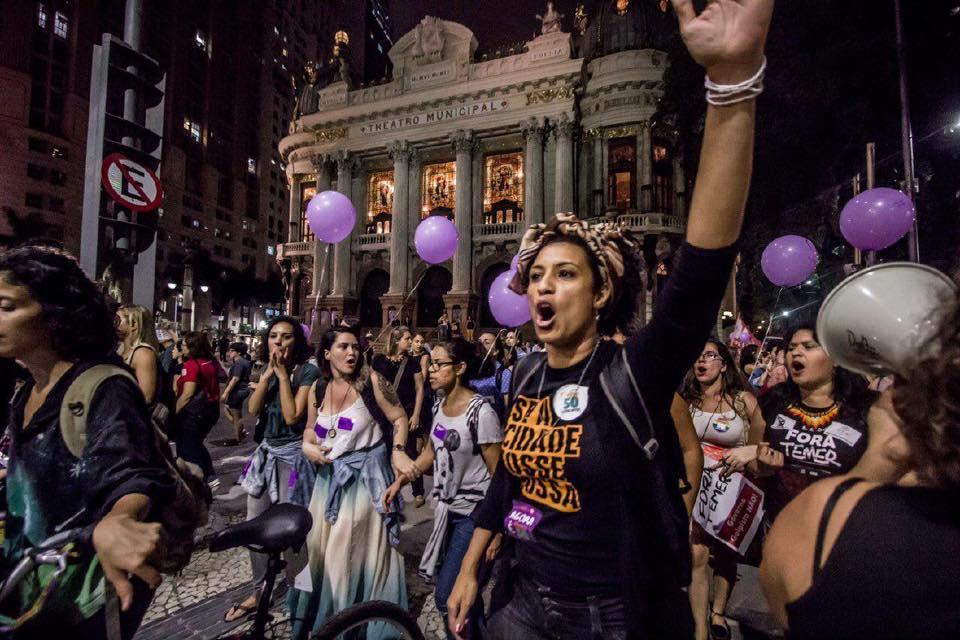 Marielle Franco en una manifestación, con el puño en alto