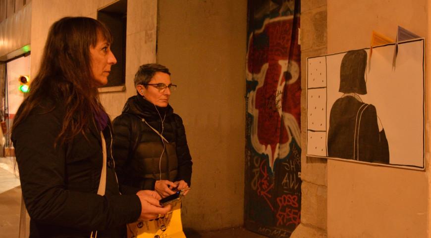 Dos participantes observan una de las viñetas mientras escuchan la narración./Foto: Keren Manzano