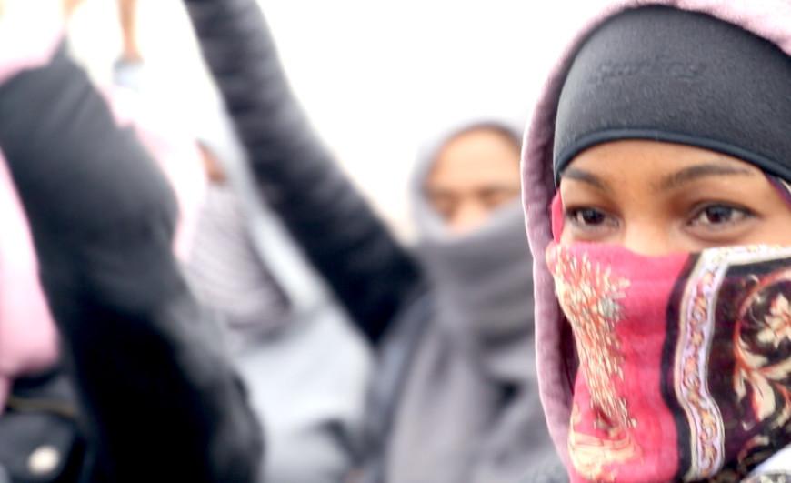 Una mujer migrante se manifiesta ante el desmantelamiento de Calais. /Foto: Lucía Muñoz