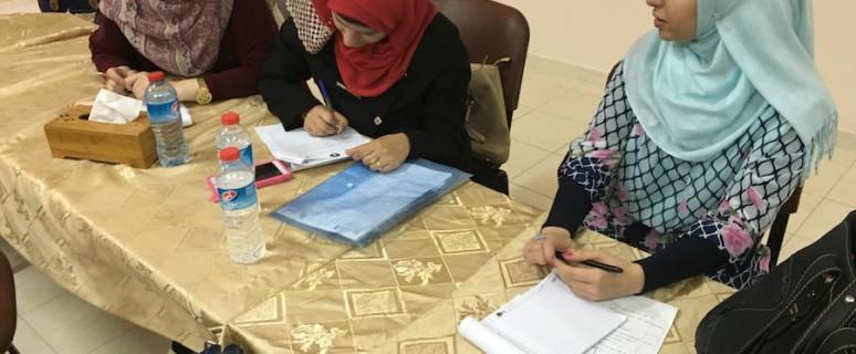 Jóvenes palestinas firman la petición de la cuota 30%./ Isabel Pérez