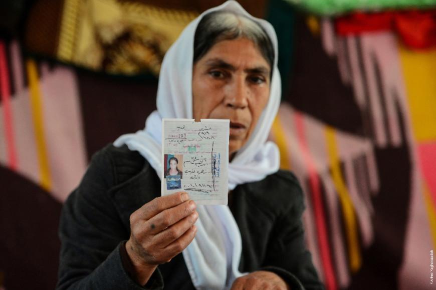 Madre yazidí muestra el carné de indentidad de su hija, capturada por el Daesh. /Foto de ©Alfred Yaghobzadeh, extraída web Parlamento Europeo