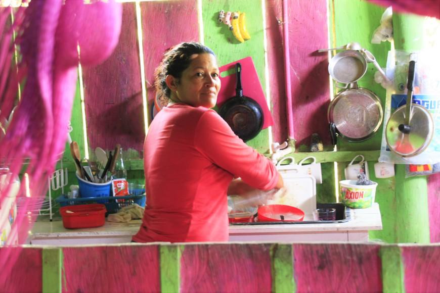 Yolanda cocina sancocho. / Foto: María Rado