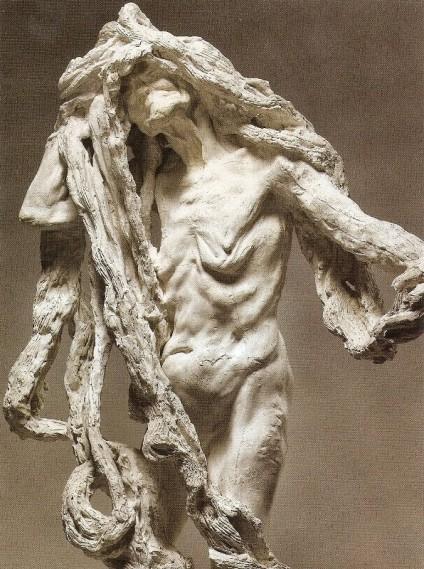Escultura titulada Clotho que representa a la muerte cargando con los hilos de la vida