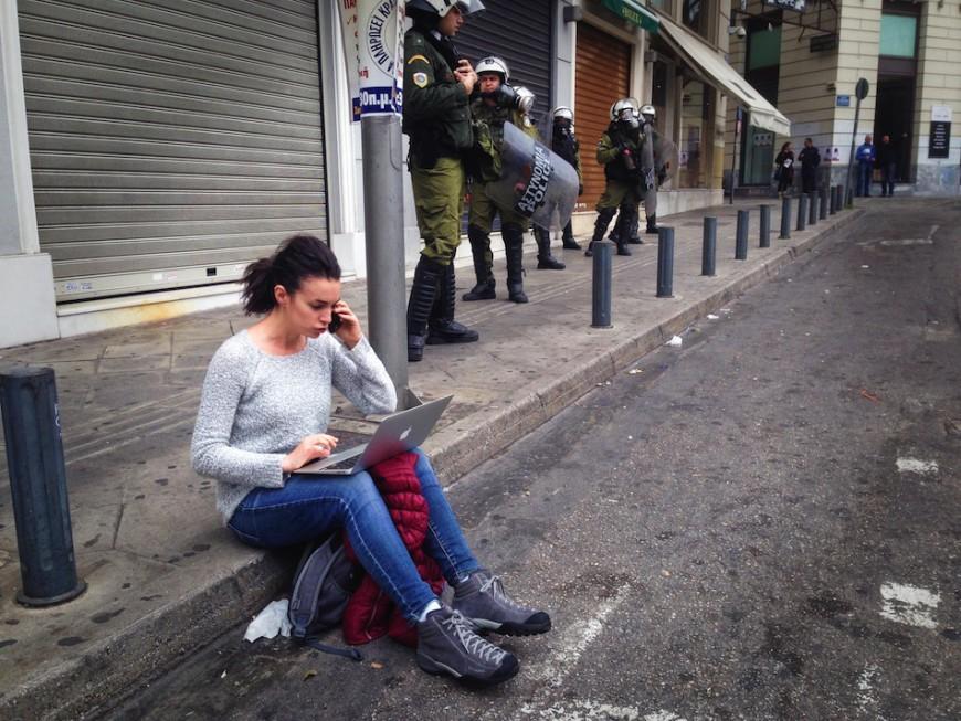 La reportera Ane Irazabal haciendo una crónica de radio en directo durate una huega general en Grecia, instantes antes de una carga policial. /Foto: Hibai Arbide Aza