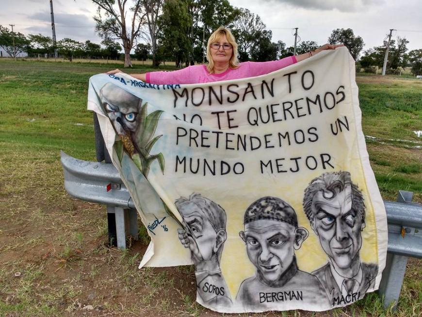 Sofia Gatica con un cartel contra Monsanto