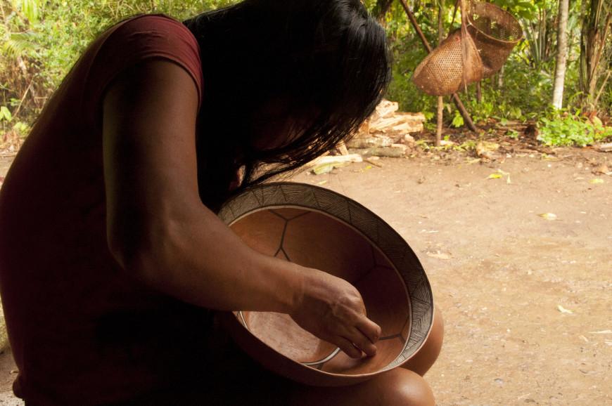 Después de una larga jornada, Rita crea hermosos objetos de arte llamados mokawas que sirven para tomar chicha. / Foto: Esteffany Bravo S.