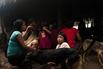 Un grupo de mujeres y niñas de Sarayaku. / Foto: Esteffany Bravo S.