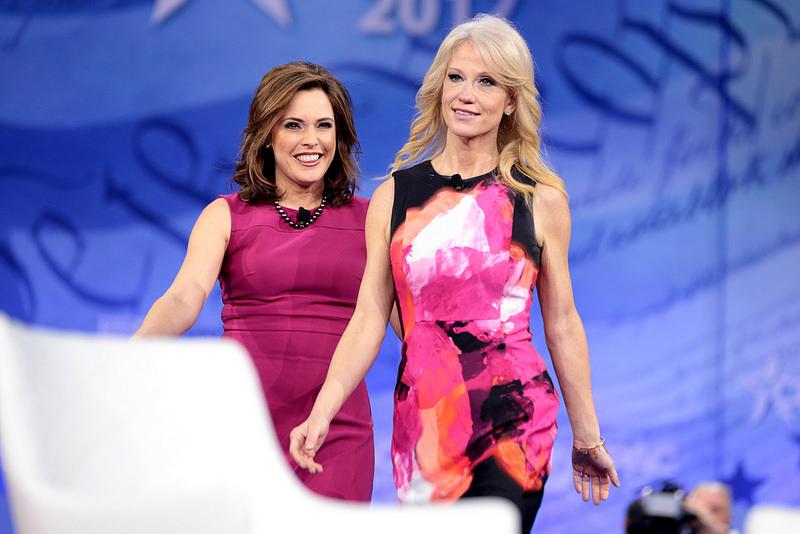Kellyanne Conway aparece vestida de rosa con la entrevistadora Mercedes Schlapp