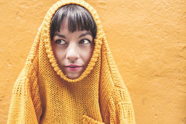Aparece una persona encajada dentro de un jersei que le oculta gran parte de la cabeza