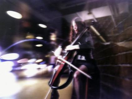 Mujer tocando el chelo en la calle