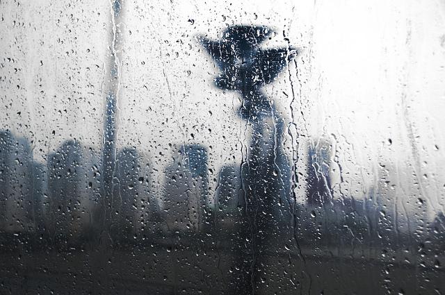 ventana con gotas de lluvia