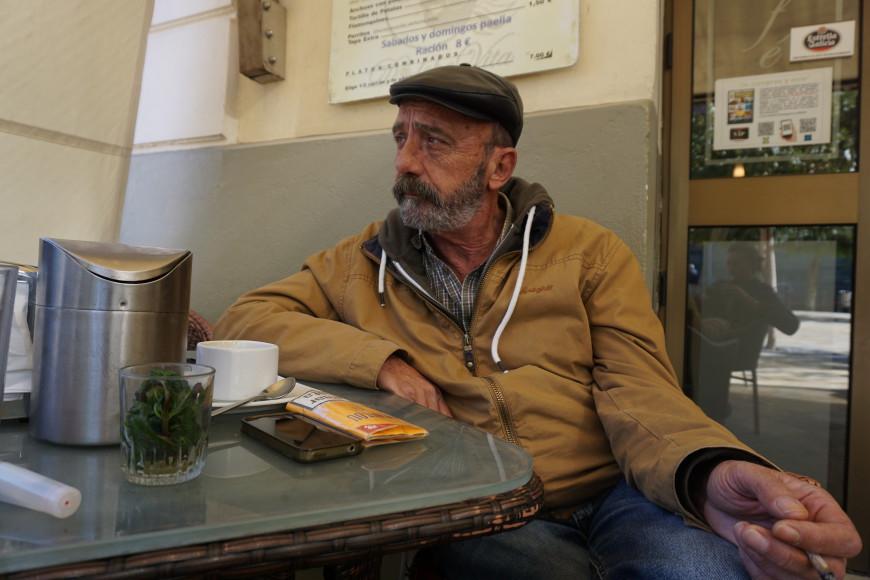 José Palazón, en una cafetería a la que llama su 'oficina' porque todo el mundo sabe que allí pueden encontrarle a determinadas horas.