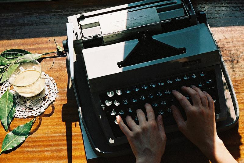Aparecen unas manos escribiendo en máquina de escribir