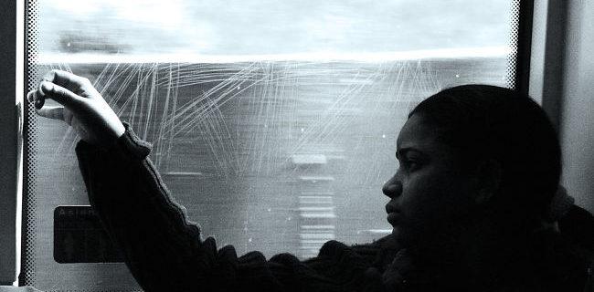 Una mujer viaja en tren con aire melancólico