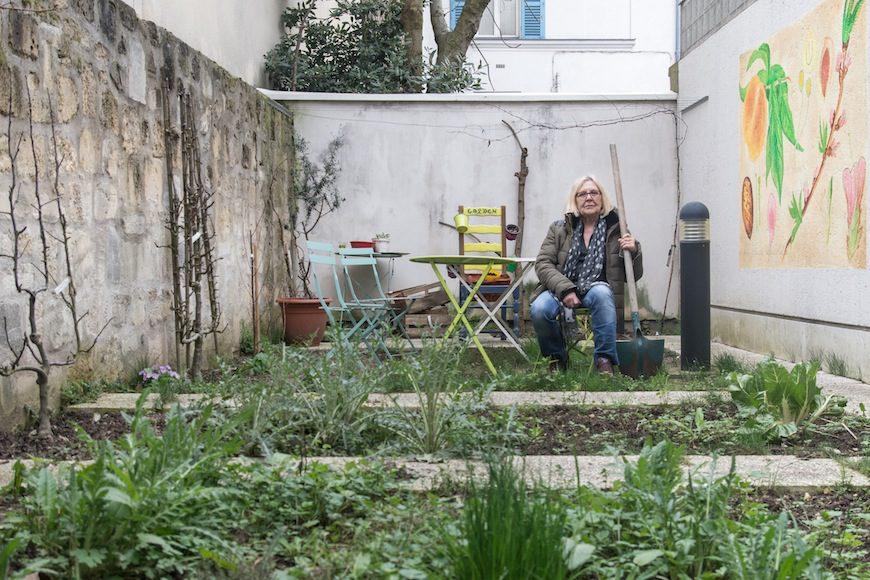 Kerstin Emanuelsson dedica horas a acondicionar el jardín de La Maison./ Teresa Suárez