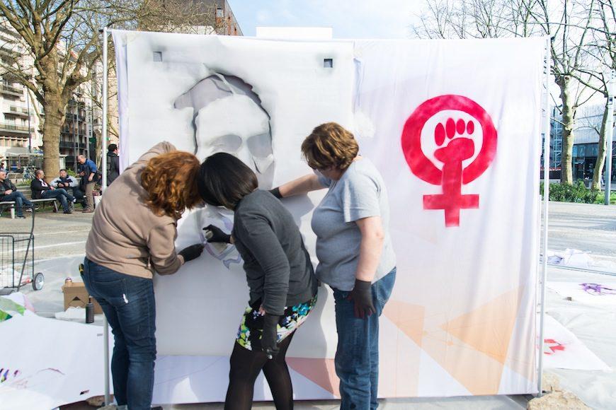 Mina, Catherine y otra compañera elaboran una pieza de arte urbano./ Teresa Suárez