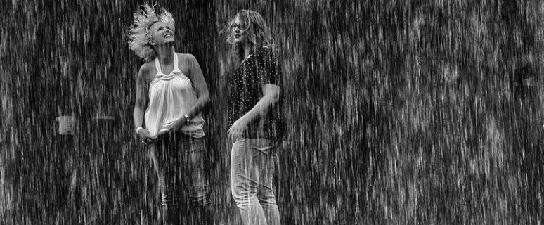 Dos mujeres bajo la lluvia