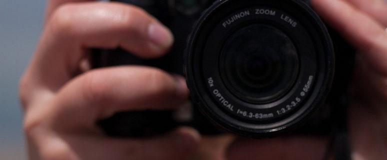 El objetivo de una cámara apunta directamente hacia las lectoras
