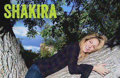Shakira aparece estirada sobre el tronco de un árbol