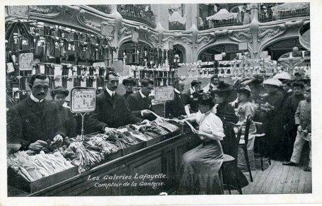 El departamento de guantes de la Galería Lafayete, una de las fotos que incluye el libro