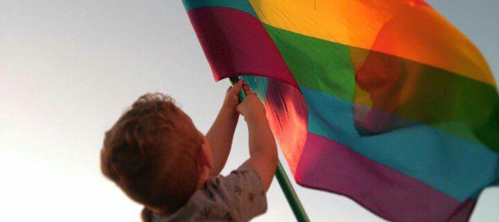 Un niño ondea una bandera del Orgullo, en el municipio cacereño de Pizarro. / Foto: Cedida