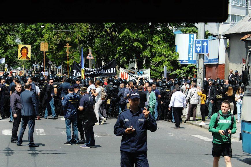 Fotografía de la contramanifestación desde uno de los autobuses en la evacuación./ Aurora Díaz Obregón