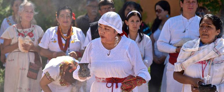 Un grupo de mujeres latinoamericanas ejercen su labor como curanderas en la calle