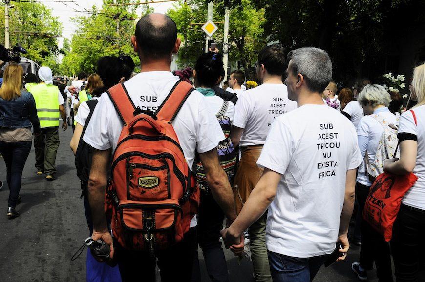 """Una pareja de manifestantes cogidos de la mano. En la camiseta pone: """"Debajo de esta camisa no existe el miedo""""./ Ana Lemus Conejo"""