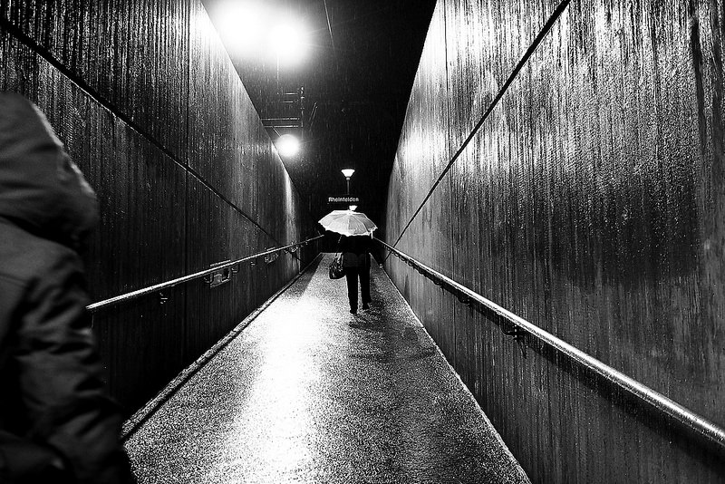 Una mujer pasea por un callejón oscuro y alguien la persigue