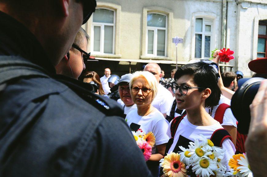 La policía comunica a integrantes de Genderdoc que tienen que evacuar./ Ana Lemus Conejo