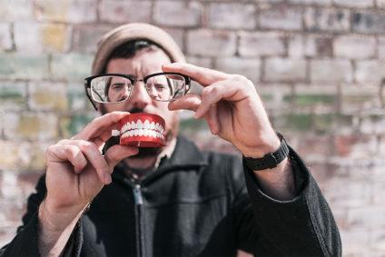 Un hombre posa detrás de unas gafas y una dentadura postiza