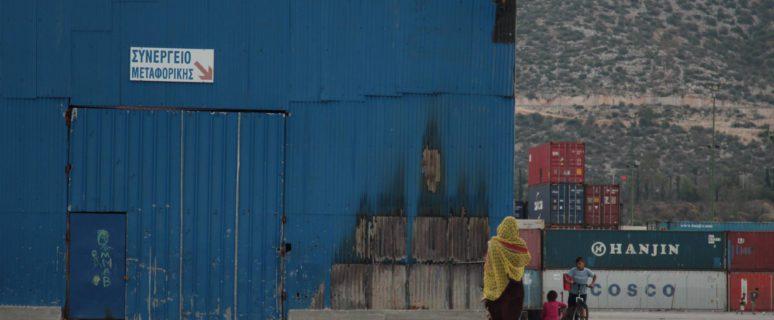 Mujer caminando de espaldas y vistiendo un hijab