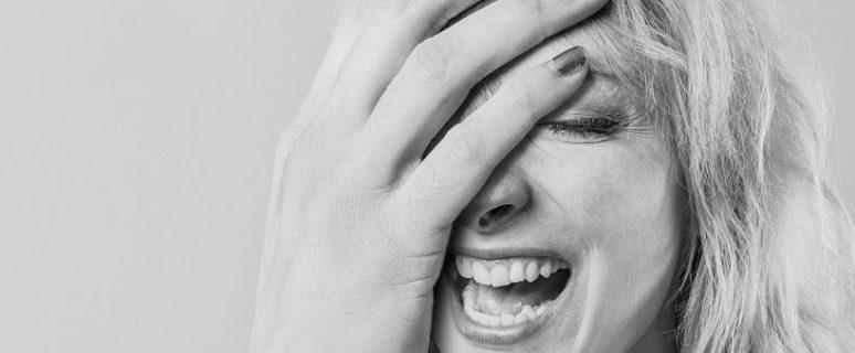 Una mujer se tapa la cara con la mano en un gesto de desesperación