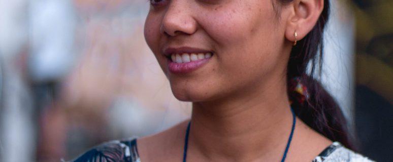Retrato de Nasreen en el que aparece sonriente